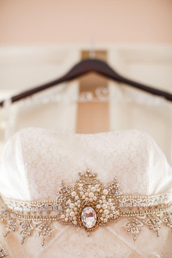 Download Close-up Van Een Hangende Huwelijkskleding Stock Afbeelding - Afbeelding bestaande uit formeel, huwelijk: 54087445