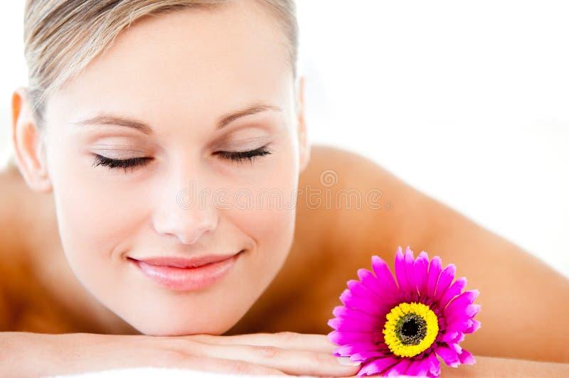 Close-up van een heldere vrouw die op massagelijst ligt royalty-vrije stock fotografie