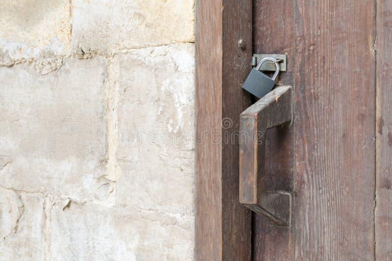 Close-up van een houten oud klink en een hangslot stock afbeeldingen