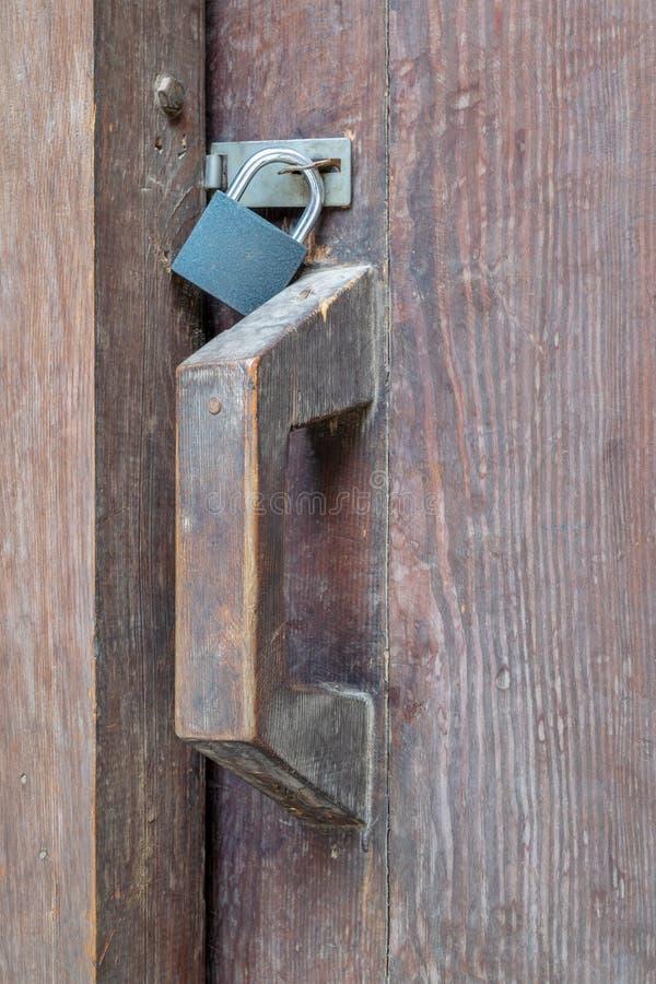 Close-up van een houten oud klink en een hangslot royalty-vrije stock fotografie