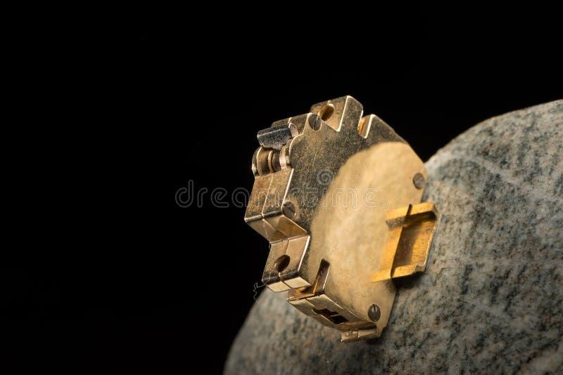 Close-up van een klein gouden model van een stroomonderbreker stock afbeeldingen