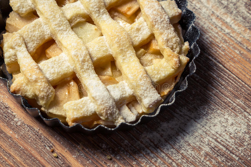 Close-up van een kleine plaque gebakken appeltaart stock foto