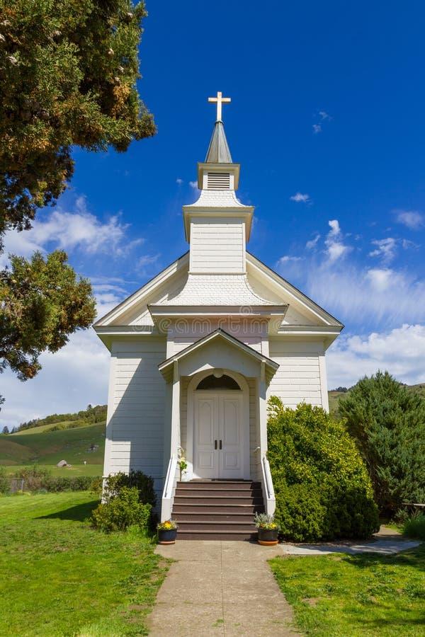 Close-up van een kleine witte kerk in Rancho Nicasio, in de Provincie Californië van Marin stock foto's