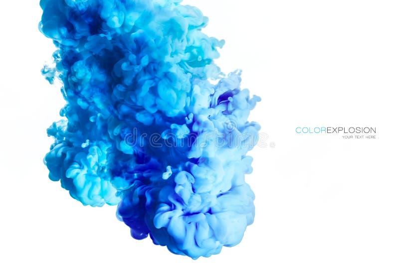 Close-up van een kleurrijke blauwe acryldieinkt in water op wit met exemplaarruimte wordt geïsoleerd abstracte achtergrond De exp stock foto's