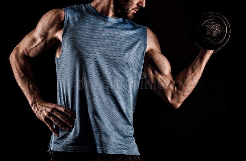 Close-up van een knappe bodybuilder die van de machts atletische mens exerc doen royalty-vrije stock afbeeldingen