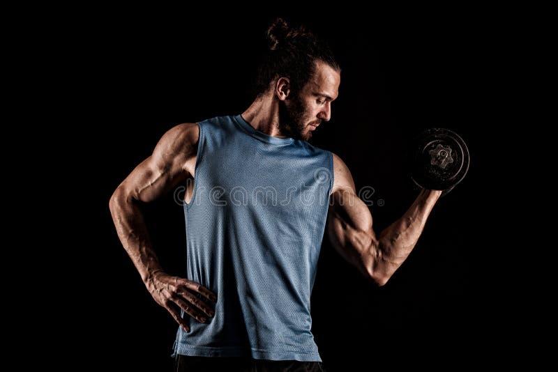 Close-up van een knappe bodybuilder die van de machts atletische mens exerc doen stock fotografie