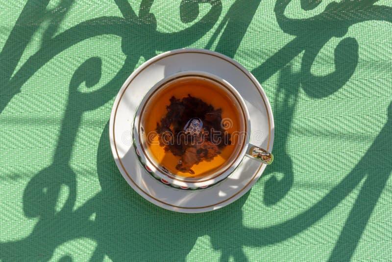 Close-up van een kop thee op een balkon wordt geschoten dat royalty-vrije stock foto's