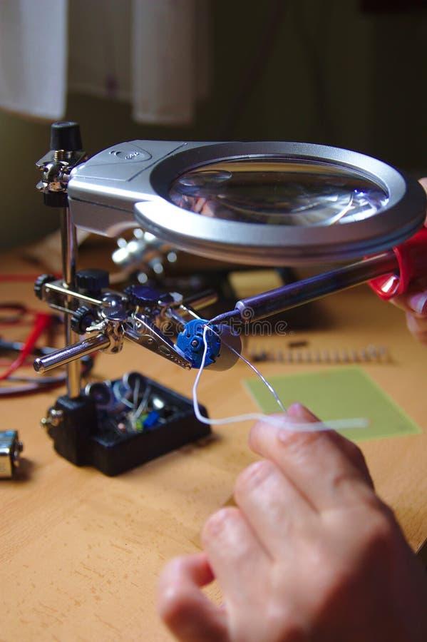 Close-up van een lasser die in zijn workshop werken stock afbeeldingen
