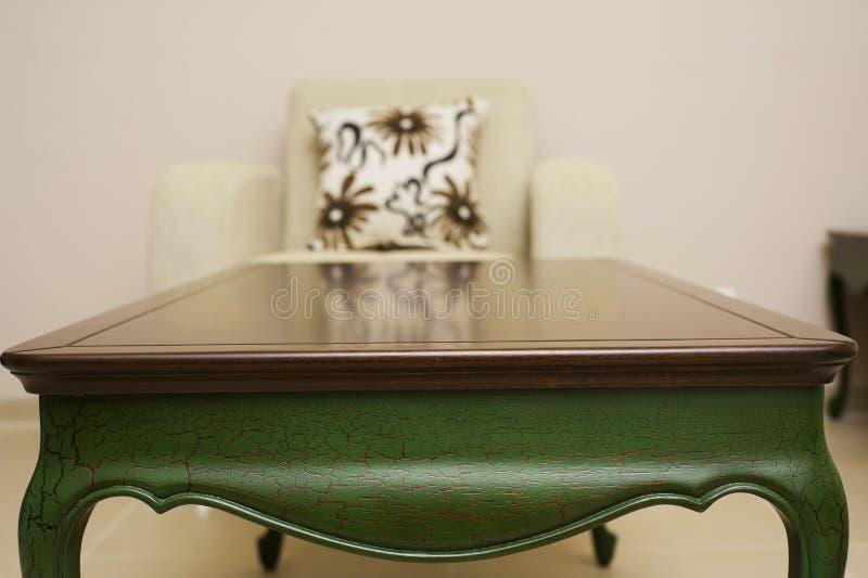 Close-up van een luxueuze lijst, uitstekend stevig houten meubilairdetail stock afbeelding