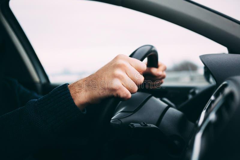 Close-up van een man& x27; s handen die een auto drijven royalty-vrije stock fotografie