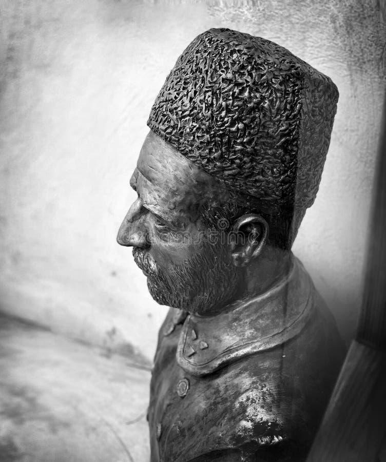 Close-up van een mannelijk metaalstandbeeld met een hoed en een baard in zwart-wit royalty-vrije stock foto