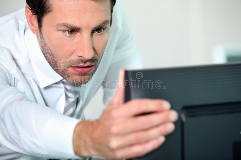 Close-up van een mens met computer stock fotografie
