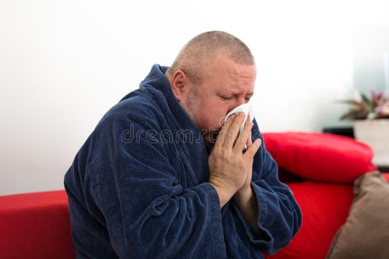 Close-up van een mens met weefsel in zijn neus stock afbeelding