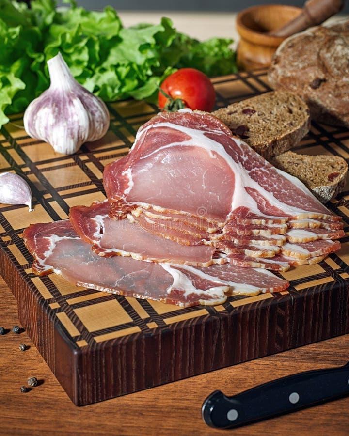 Close-up van een mooie houten scherpe raad met vlees stock foto