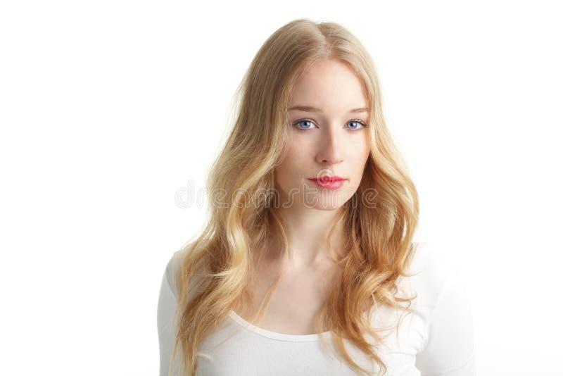 Close-up van een mooie jonge vrouw die op witte achtergrond glimlachen stock fotografie
