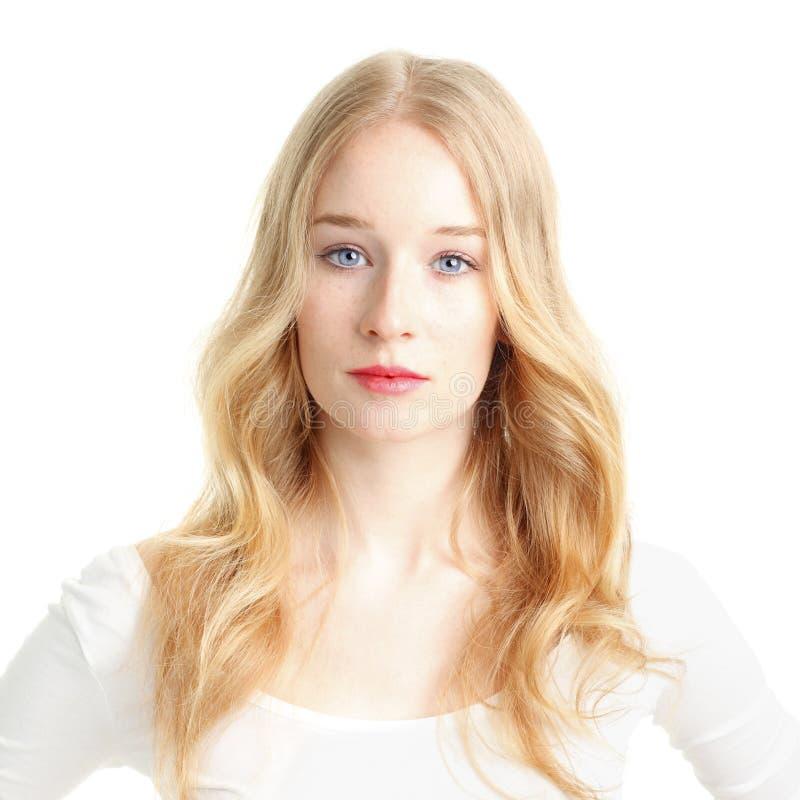 Close-up van een mooie jonge vrouw die op witte achtergrond glimlachen royalty-vrije stock foto's
