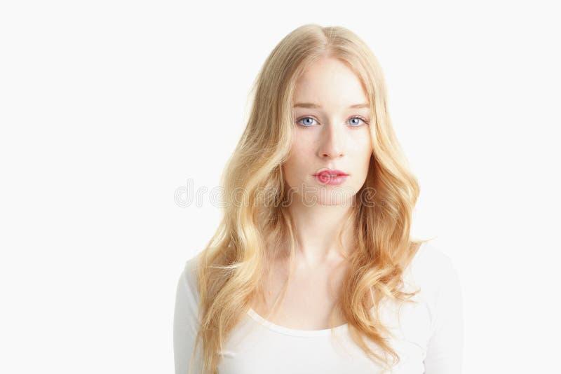 Close-up van een mooie jonge vrouw die op witte achtergrond glimlachen royalty-vrije stock fotografie