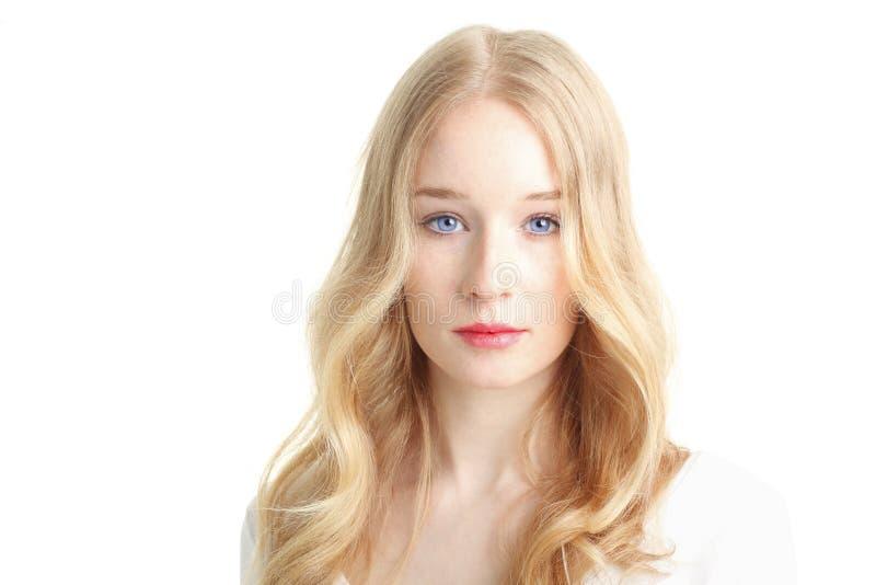 Close-up van een mooie jonge vrouw die op witte achtergrond glimlachen stock afbeeldingen