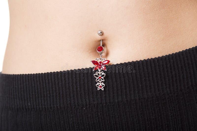 Close-up van een navel die met juwelen daarin wordt doordrongen stock foto's