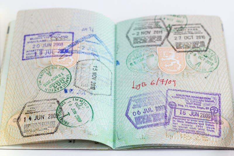 Close-up van een open paspoort met zegels stock afbeeldingen