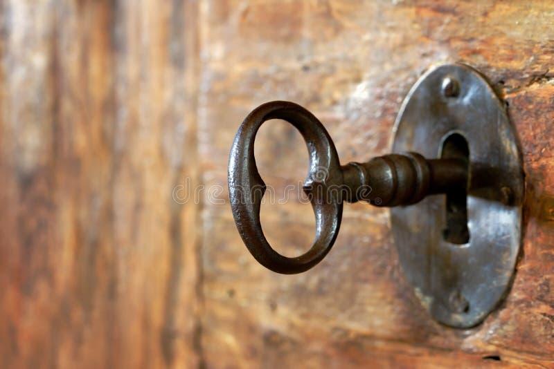 Close-up van een oud sleutelgat met sleutel stock fotografie