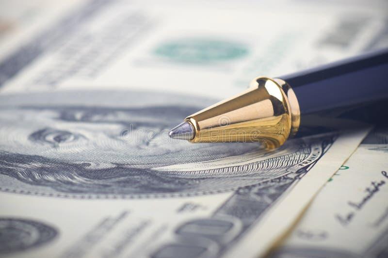 Close-up van een pen op geld royalty-vrije stock foto's