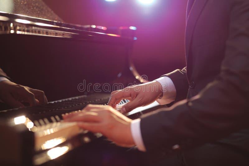 Close-up van een pianospeler royalty-vrije stock afbeelding