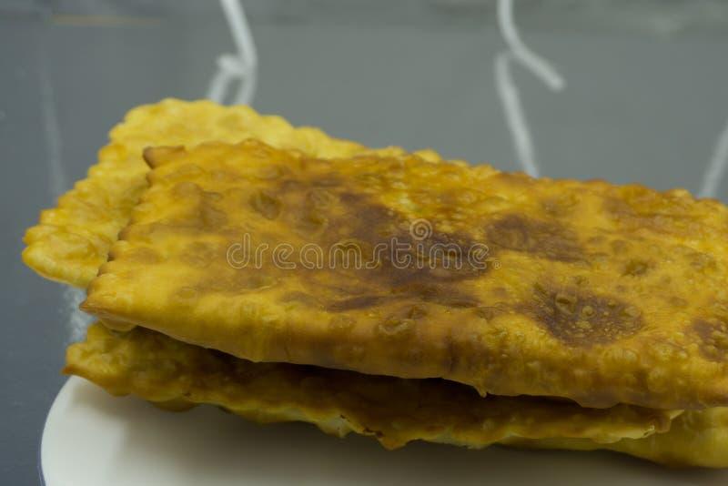 Close-up van een plaat met sommige Spaanse empanadillas, kleine die vlees of tonijnpastei, als tapas wordt gediend stock foto