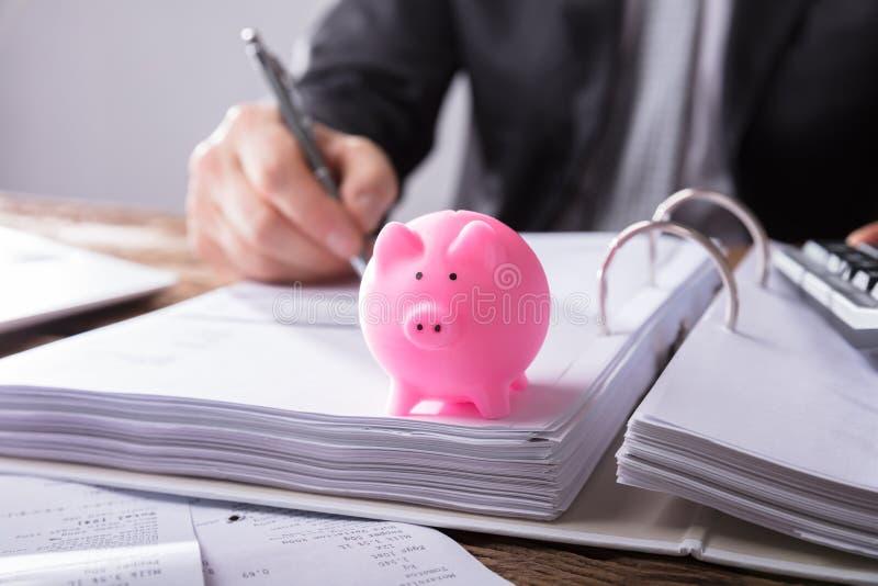 Close-up van een Roze Piggybank royalty-vrije stock afbeeldingen