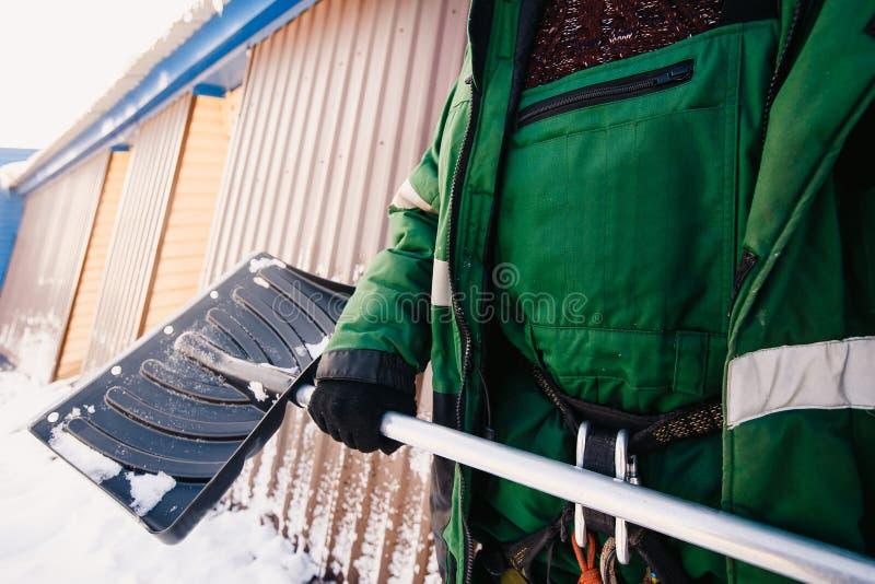 Close-up van een schop voor sneeuw het schoonmaken in de winter stock foto