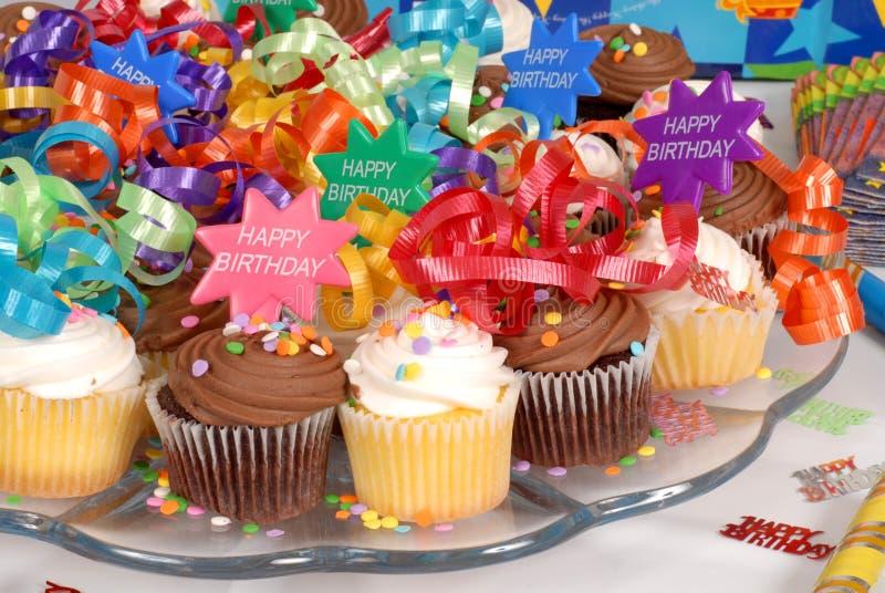 Close-up van een schotel van cupcakes die met Gelukkige Verjaardag t wordt verfraaid royalty-vrije stock foto