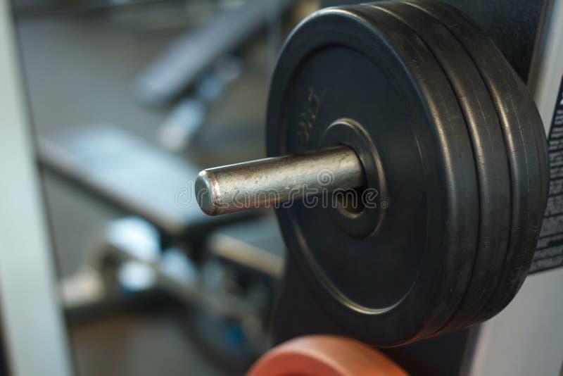 Close-up van een staaf met gewichten in een gymnastiek, een achtergrond of een concept gewichtheffen en sporten royalty-vrije stock foto's
