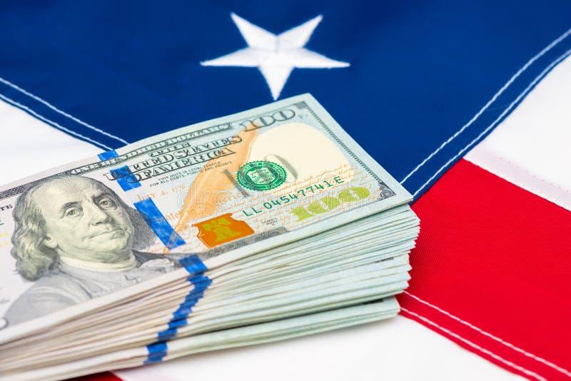 Close-up van een stapel van geld 100 dollars op de achtergrond stock afbeelding