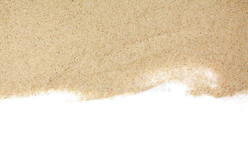 Close-up van een stapel van zand van een strand of een woestijn die op witte achtergrond wordt ge?soleerd stock foto