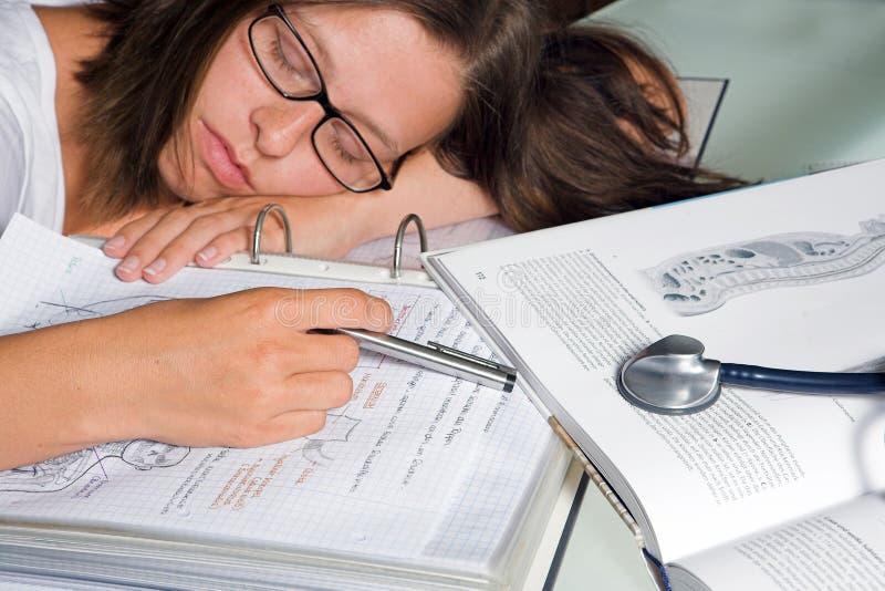 Close-up van een student die voor examen leert royalty-vrije stock foto's