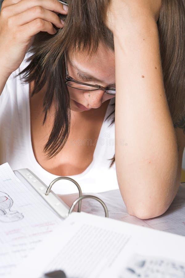 Close-up van een student die voor examen leert stock foto