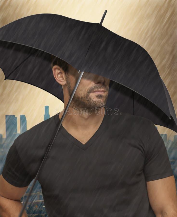 Close-up van een terloops geklede knappe kerel met een paraplu in de regen stock afbeeldingen