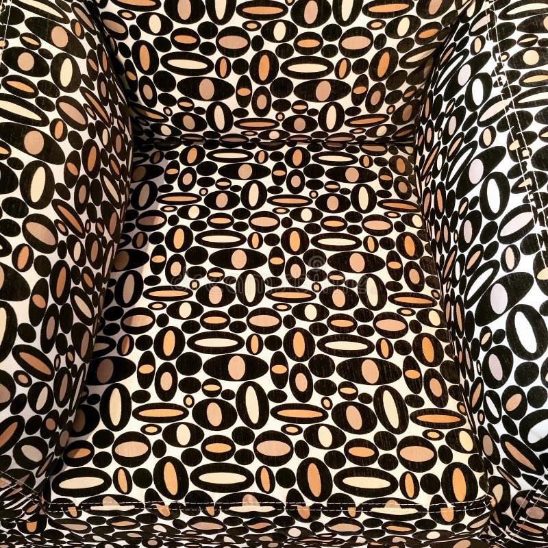 Close-up van een textielleunstoel met geometrisch ontwerp stock foto's