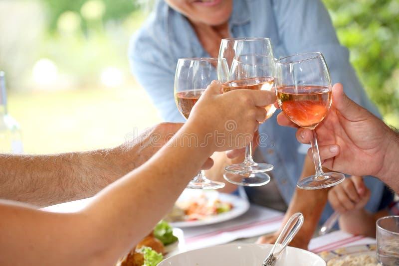 Close-up van een toost met glazen wijn royalty-vrije stock afbeeldingen