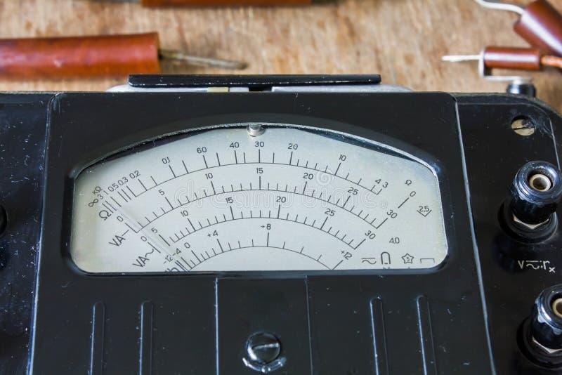Close-up van een uitstekende oude voltmeter stock afbeelding