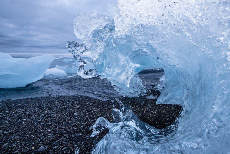 Close-up van een vastgelopen ijsberg in de vorm van een bevroren golfduri stock afbeeldingen