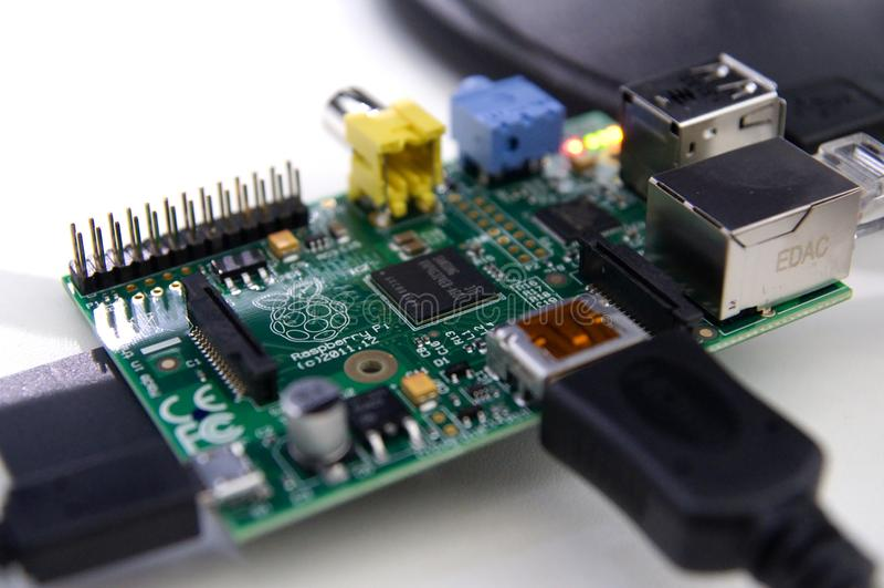 Close-up van een verbonden Frambozenpi elektronische raad stock afbeeldingen