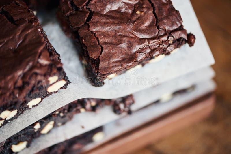 Close-up van een vers gebakken stapel van nootachtige chocolade brownies stock fotografie