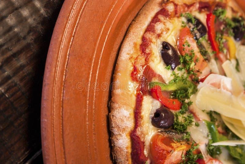 Close-up van een verse pizzaschotel stock foto's