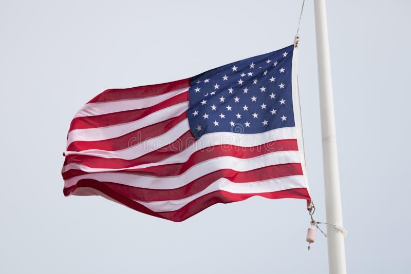 Close-up van een Vlag die van de V.S. in de wind golven stock foto's