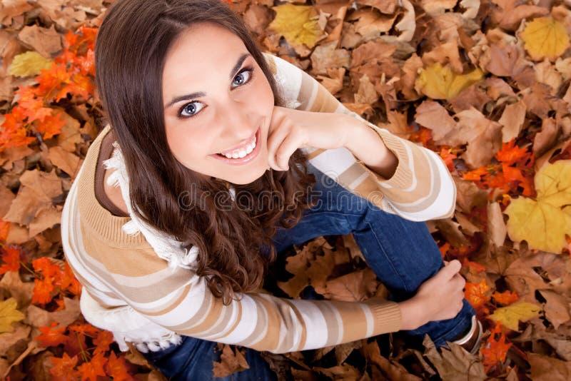 Close-up van een vrouw in de herfstbladeren royalty-vrije stock foto's