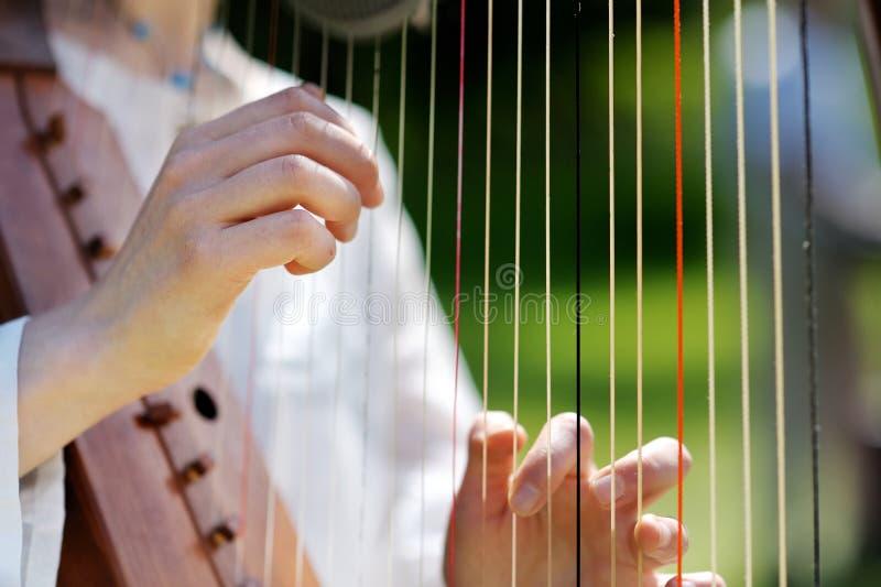 Close-up van een Vrouw die een Harp speelt royalty-vrije stock foto