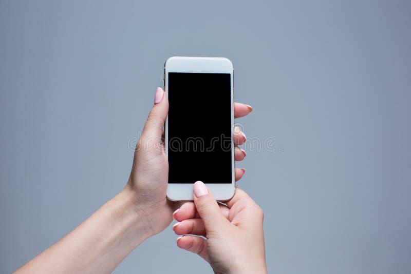 Close-up van een vrouw wordt geschoten die op mobiele telefoon typen die stock foto's