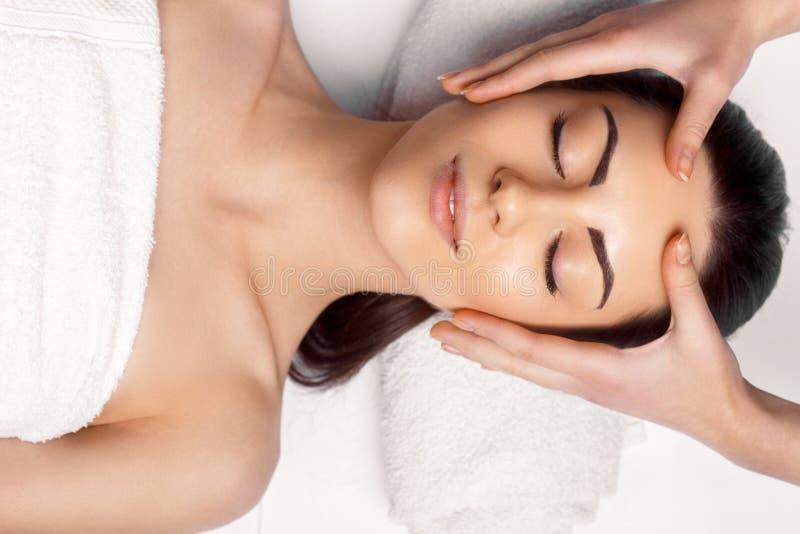 Close-up van een Young Woman Getting Spa Behandeling Close-up die van jonge vrouw de behandeling van de kuuroordmassage krijgen b stock fotografie