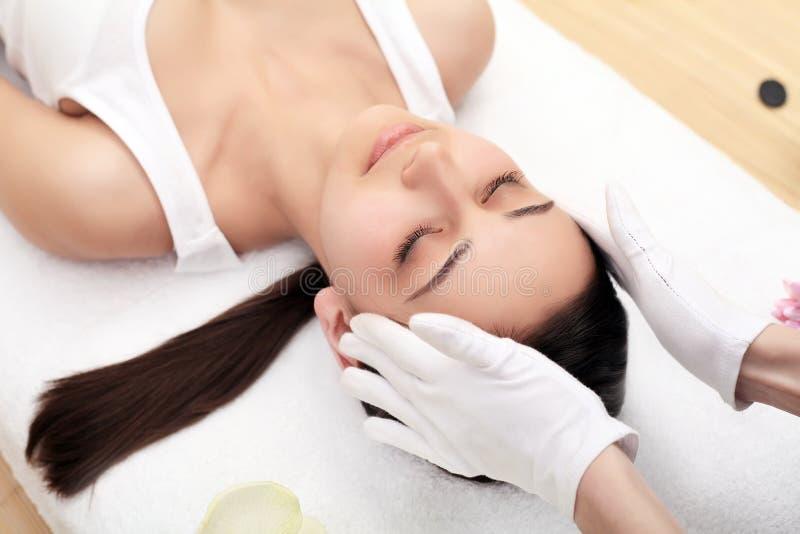 Close-up van een Young Woman Getting Spa Behandeling Close-up van een jonge vrouw die kuuroordbehandeling krijgen royalty-vrije stock afbeeldingen